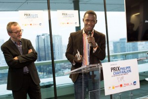 Le lauréat Haitien du prix Philippe Chaffanjon, Juno Jean Baptiste, prenant la parole après avoir recu le prix, sous les yeux du président du jury, Jacques Expert, directeur des programmes à RTL.