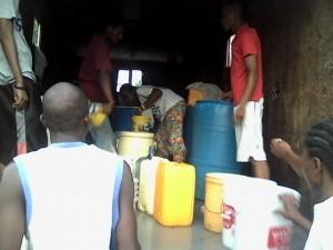 Des gens s'alignant pour acheter de l'eau